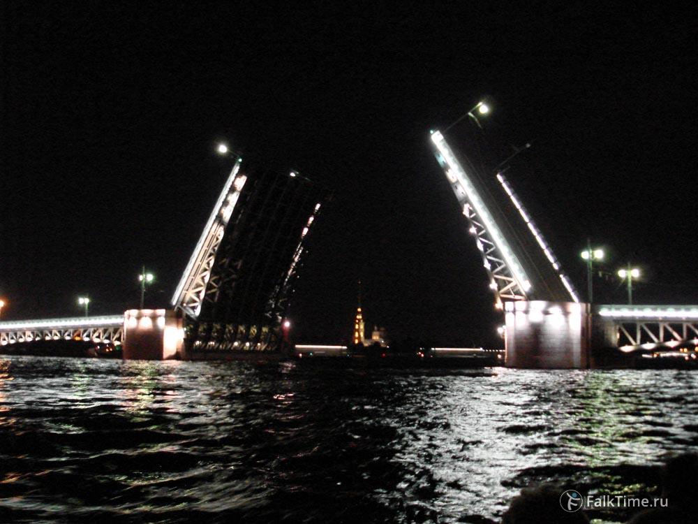 Разведённый Дворцовый мост