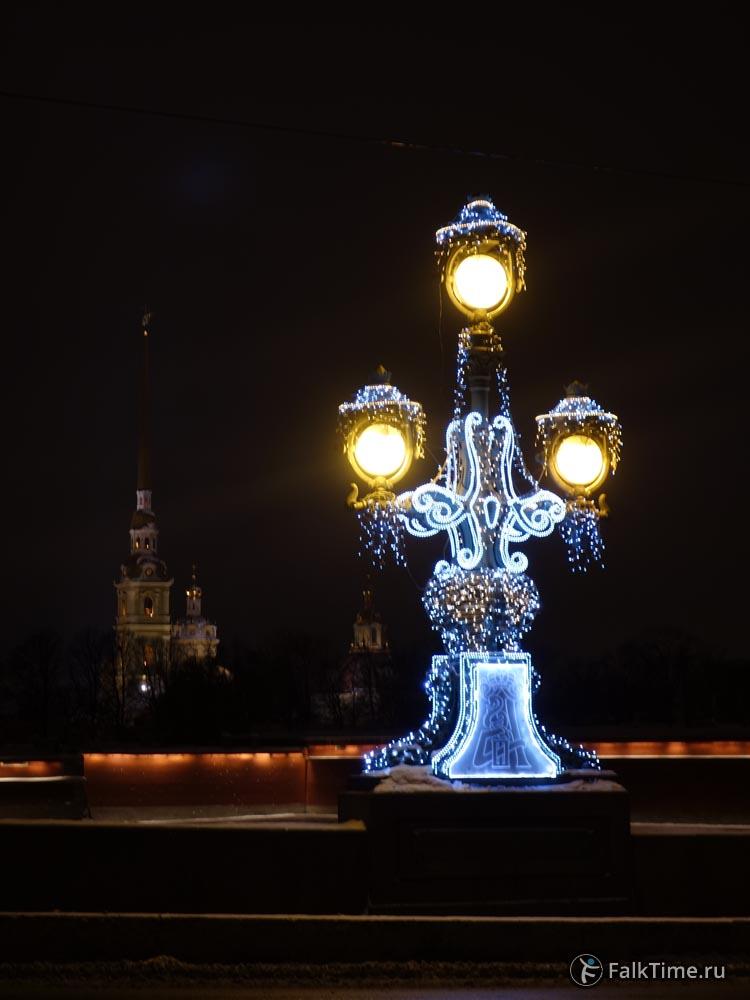 Новогодний фонарь на Троицком мосту
