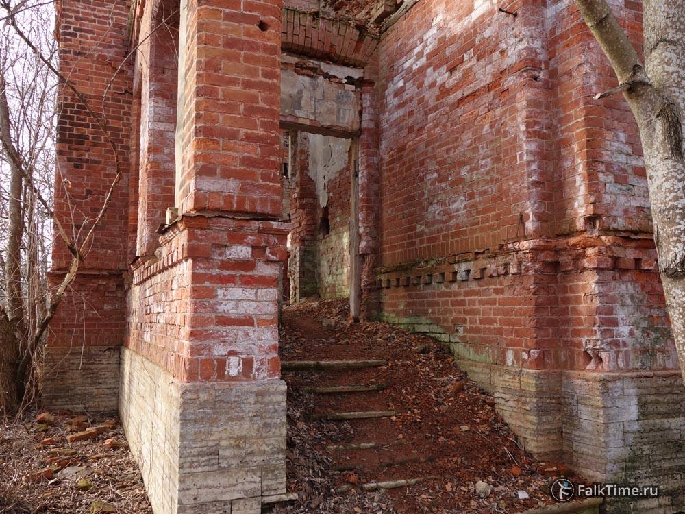 Руины домика конюха
