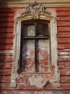 Окно, руины конюшенного корпуса