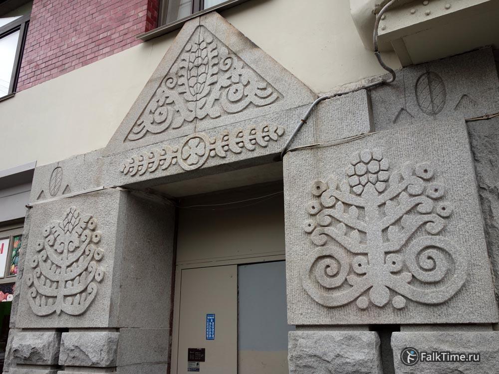 Декор у входа в доходный дом Захаровых